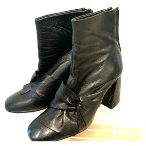 Black bow square boot